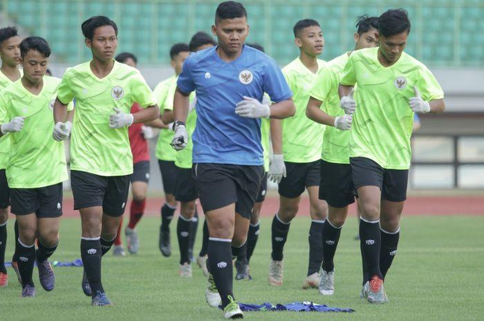 Para pemain timnas U-16 Indonesia mengenangkan sarung tangan medis saat melangsungkan TC di Stadion Patriot Candrabhaga, Bekasi, Jawa Barat pada Senin (6/7/2020)