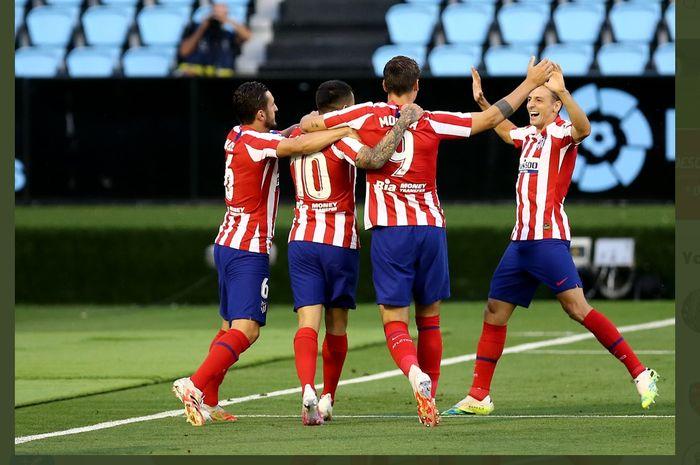 Pemain Atletico Madrid merayakan gol Alvaro Morata dalam laga melawan Celta Vigo di pekan ke-34 Liga Spanyol, Selasa (7/7/2020) di Balaidos.