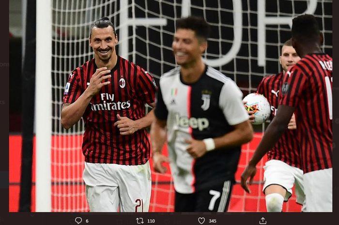 Zlatan Ibrahimovic tersenyum kepada Cristiano Ronaldo dalam partai Liga Italia antara AC Milan dan Juventus di San Siro, 7 Juli 2020.