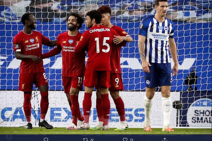 Para pemain Liverpool mengerubungi Mohamed Salah usai sang pemain mencetak gol keduanya ke gawang Brighton & Hove Albion pada laga pekan ke-35 Liga Inggris, Rabu (8/7/2020).