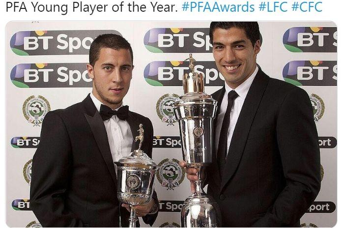 Eden Hazard (kiri) dan Luis Suarez saat mengangkat trofi individu yang mereka peroleh.