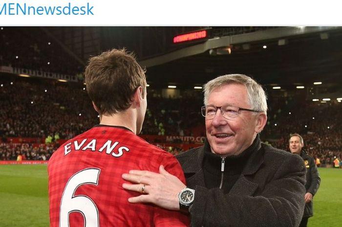 Mantan pemain Manchester United, Jonny Evans (kiri), dirangkul oleh sang pelatih legendaris, Sir Alex Ferguson.