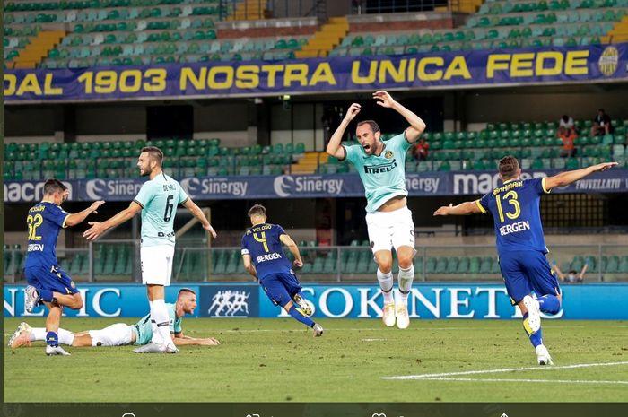 Ekspresi kekecewaan para pemain Inter Milan usai gawang timnya dibobol pemain Hellas Verona, Miguel Veloso, yang membuat mereka harus puas bermain imbang 2-2 pada laga pekan ke-31 Liga Italia, Kamis (9/7/2020).