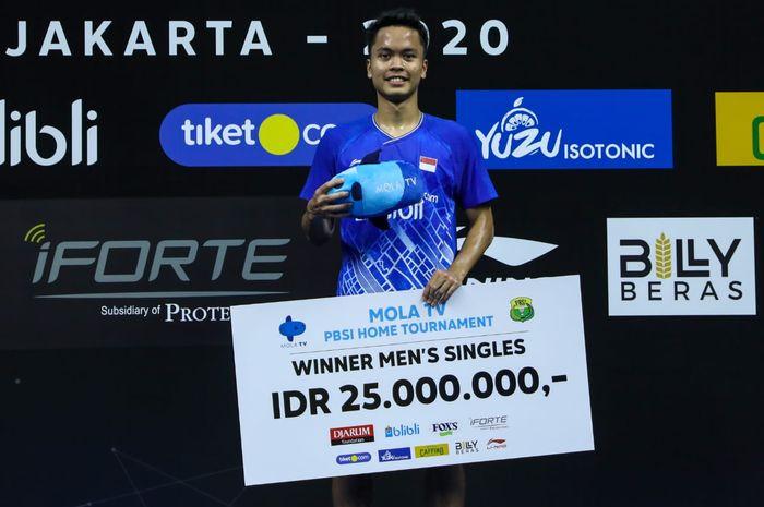 Pemain tunggal putra Anthony Sinisuka Ginting berpose di atas podium kampiun PBSI Home Tournament yang berlangsung di Hall Pelatnas PBSI, Cipayung, Jakarta Timur, Jumat (10/7/2020).