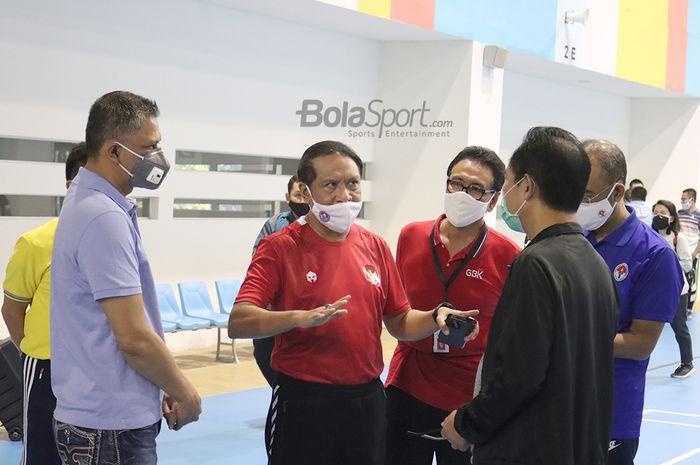 Menpora RI, Zainudin Amali, yang ditemani dengan Wakil Ketua PSSI, Iwan Budianto sedang melakukan kunjungan ke GBK Arena, 10 Juli 2020