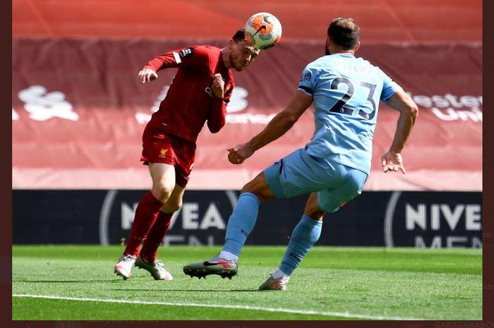 Andy Robertson mencetak gol Liverpool ke gawang Burnley dalam partai Liga Inggris di Anfield, 11 Juli 2020.