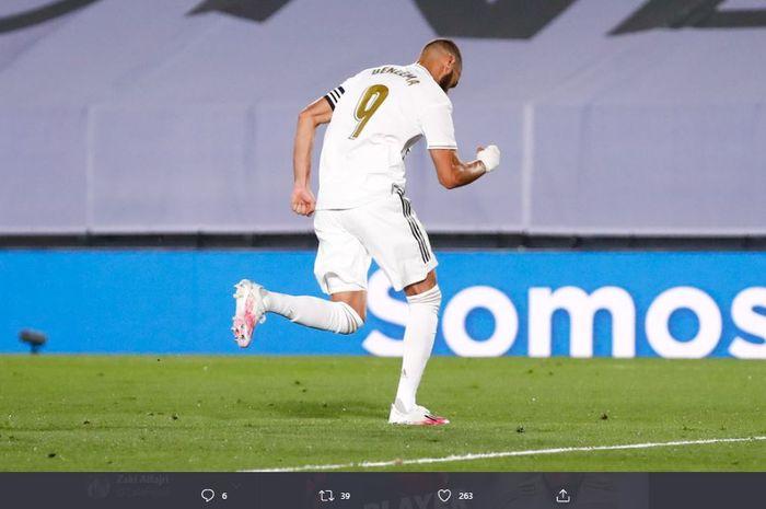 Karim Benzema merayakan gol penalti ke gawang Deportivo Alaves pada babak pertama laga pekan ke-35 Liga Spanyol, Sabtu (11/7/2020) dini hari WIB.