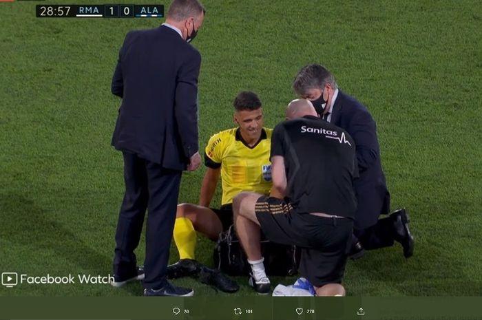 Wasit Jesus Gil Manzano mengalami cedera saat memeimpin laga Real Madrid versus Alaves, Jumat (10/7/2020).