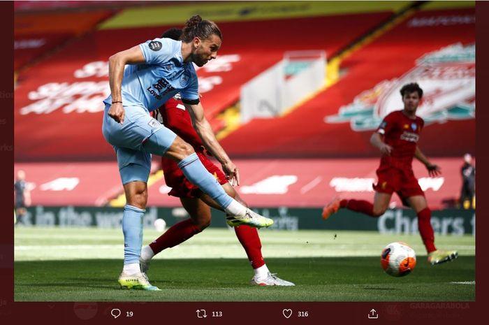 Jay Rodriguez mencetak gol Burnley ke gawang Liverpool dalam lanjutan Liga Inggris di Anfield, 11 Juli 2020.