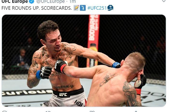 Duel Alexander Volkanovski (kanan) kontra Max Holloway dalam perebutan sabuk juara kelas bulu di UFC 251, silam (12/7/2020).