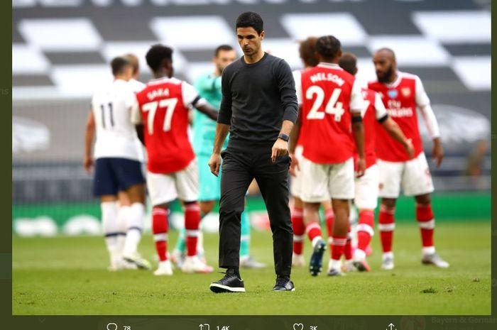 Pelatih Arsenal, Mikel Arteta, berjalan dengan ekspresi lesu.