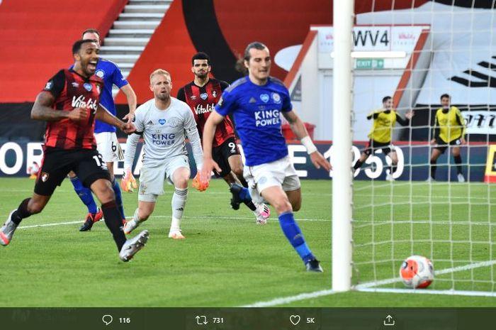 Bek Leicester City, Caglar Soyuncu, mengejar bola yang masuk ke gawang Leicester City.