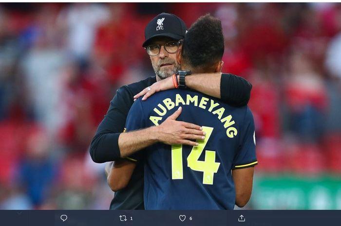 Pelatih Liverpool, Juergen Klopp, memeluk striker Arsenal, Pierre-Emerick Aubameyang.