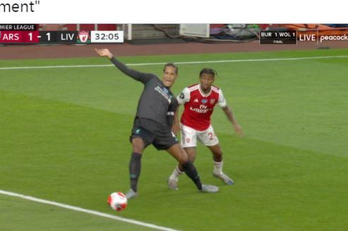Bek Liverpool, Virgil van Dijk, melakukan blunder dalam laga Liga Inggris kontra Arsenal di Stadion Emirates, Rabu (15/6/2020).