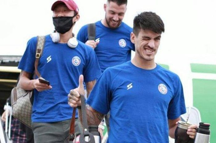 Dua mantan pemain asing Arema FC, Oh In-kyun (kiri, mengenakan masker) dan Matias Malvino (kanan),.