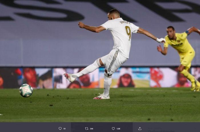 Striker Real Madrid, Karim Benzema, mengeksekusi penalti dalam laga Liga Spanyol melawan Villarreal pada Kamis (16/7/2020).