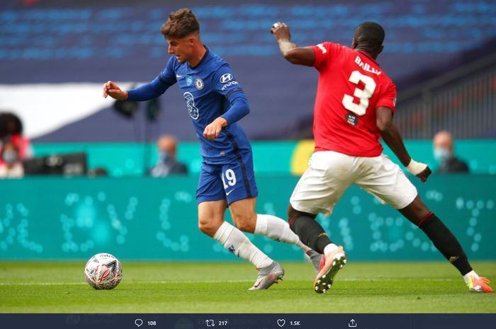 Mason Mount dan Eric Bailly berebut bola dalam laga semifinal Piala FA yang mempertemukan Manchester United vs Chelsea di Stadion Wembley, Minggu (19/7/2020).