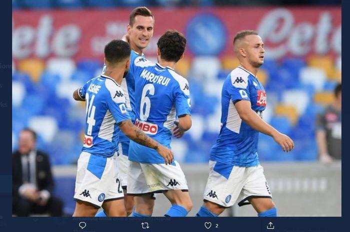 Pemain Napoli merayakan gol Arkadiusz Milik ke gawang Udinese dalam lanjutan Liga Italia di San Paolo, Naples, 19 Juli 2020.