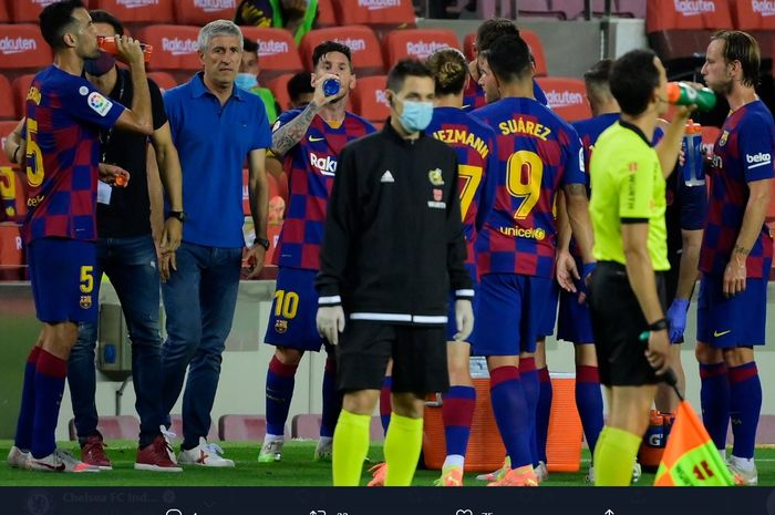 Momen Barcelona melakukan jeda minum pada sebuah laga di Liga Spanyol musim 2019-2020.