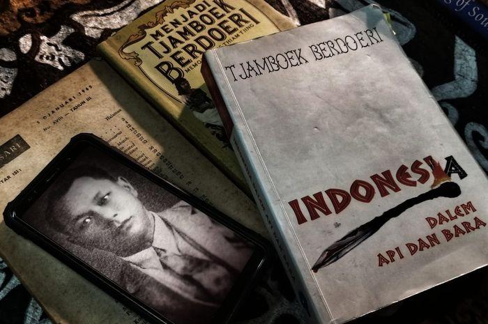 Foto Kwee Thiam Tjing yang bernama pedengan Tjamboek Berdoeri, dan buku Indonesia Dalem Api dan Bara.