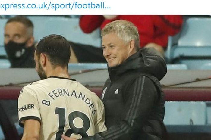 Pelatih Manchester United, Ole Gunnar Solskjaer, tersenyum bersama Bruno Fernandes.