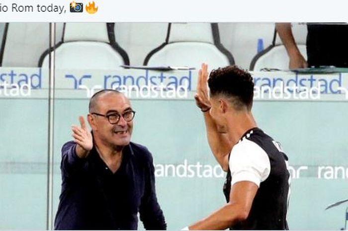 Pelatih Juventus, Maurizio Sarri, tersenyum bersama Cristiano Ronaldo.