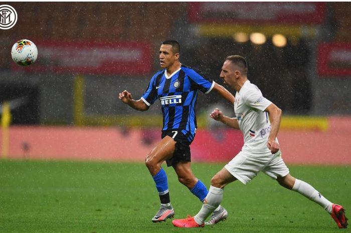 Alexis Sanchez dan Franck Ribery mengejar bola dalam partai Liga Italia Inter Milan vs Fiorentina di Giuseppe Meazza, 22 Juli 2020.