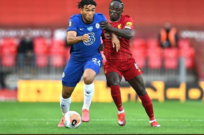 Pemain Chelsea, Reece James, dan pemain Liverpool, Sadio Mane, saling berebut bola.