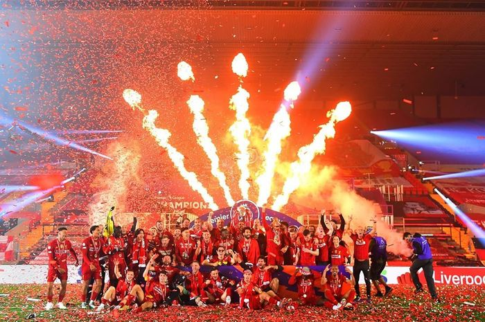 Liverpool Angkat Trofi Liga Inggris, Butuh 7 Tahun untuk Ganti Warna Pitanya!