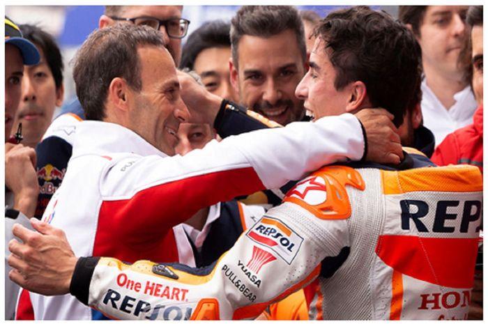 Manajer Tim Repsol Honda Alberto Puig memeluk Marc Marquez usai memenangi balapan.