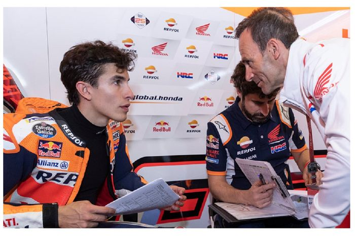 Marc Marquez menganalisis hasil di Sirkuit Jerez tahun lalu bersama Manajer Tim Repsol Honda Alberto Puig.