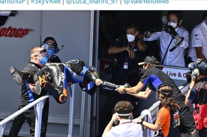 Valentino Rossi (kanan) memberi selamat kepada adiknya, Luca Marini, setelah memenangi pada balapan Moto2 Spanyol  di Sirkuit Jerez, Spanyol, 19 Juli 2020.