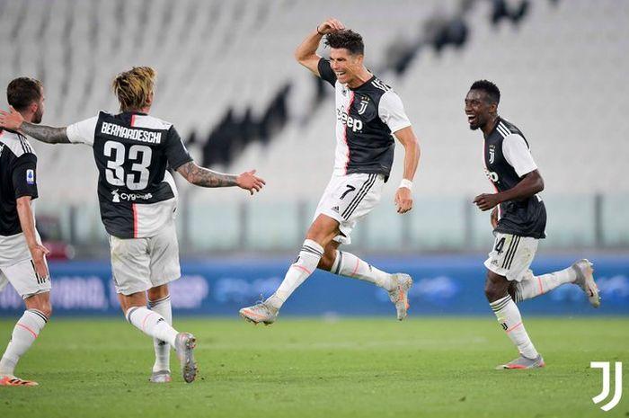 Megabintang Juventus, Cristiano Ronaldo, merayakan gol yang dicetak ke gawang Sampdoria dalam laga Liga Italia di Stadion Allianz, Minggu (26/7/2020).