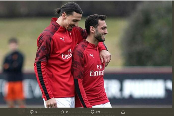 Zlatan Ibrahimovic dan Hakan Calhanoglu dalam sesi latihan AC Milan.