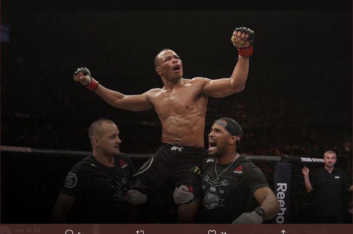 Petarung UFC asal Brasil, Francisco Trinaldo merayakan kemenangan setelah membuat Jai Herbert TKO hingga sekarat.