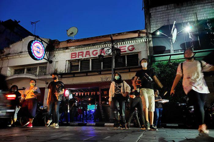 Bragaweg, nama lama Jalan Braga di Bandung. Ketika meremang senja, kehidupan di seruas jalan ini berlanjut bersama pendar-pendar lampu kota.