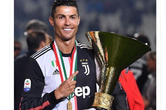 Megabintang Juventus, Cristiano Ronaldo, memegang trofi Liga Italia.