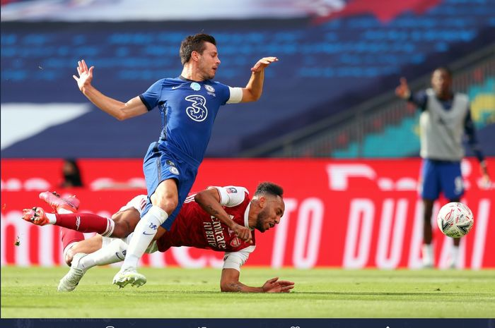 Momen duel antara Cesar Azpilicueta dan Pierre-Emerick Aubameyang pada laga final Piala FA 2019-2020 yang mempertemukan Chelsea dan Arsenal di Stadion Wembley.