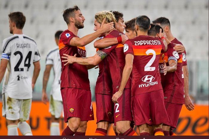 Para pemain AS Roma merayakan kemenangan atas Juventus dalam partai Liga Itlaia di Allianz Stadium, Sabtu (1/8/2020).