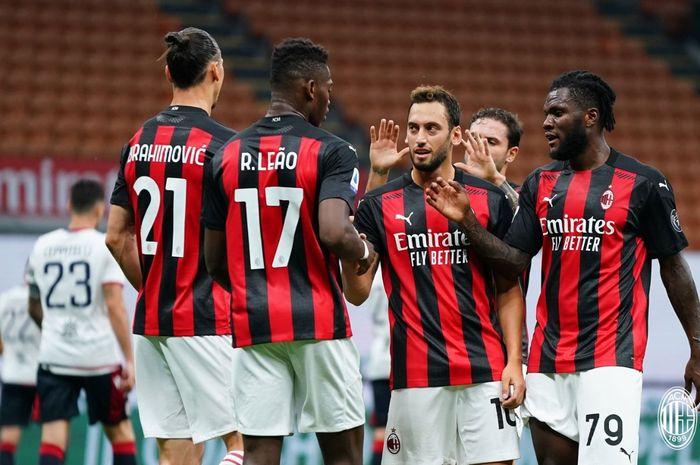 Para pemain AC Milan menyambut Zlatan Ibrahimovic usai mencetak gol kedua ke gawang Cagliari setelah menang 3-0  di San Siro pada laga pekan ke-38 Liga Italia, Sabtu (1/8/2020).