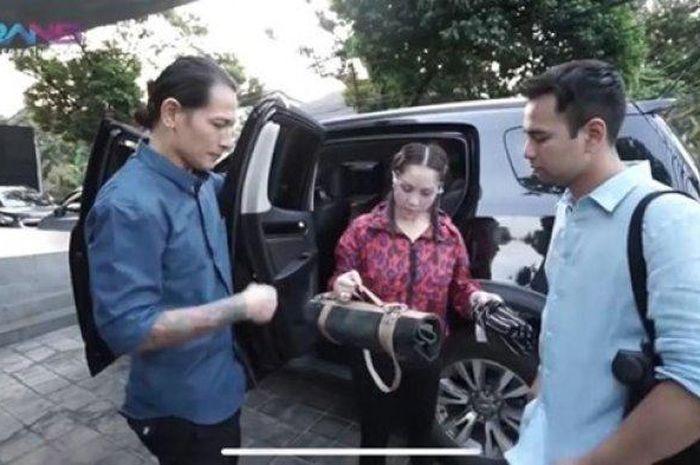Geledah Mobil Chef Juna, Nagita Slavina dan Raffi Ahmad ...
