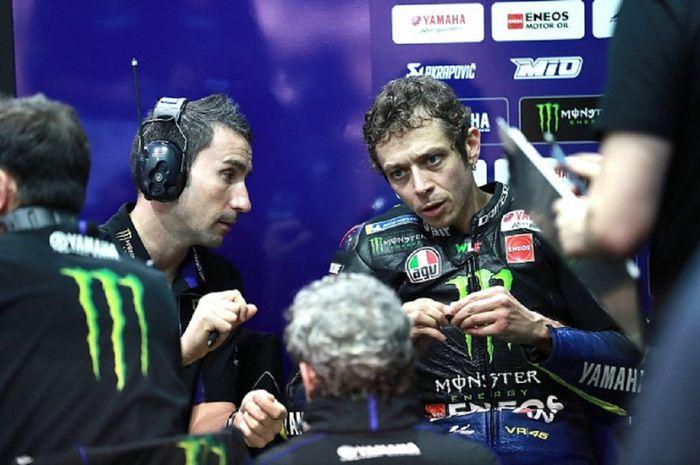 Valentino Rossi berdiskusi sangat serius dengan Kepala Kru Yamaha David Munoz untuk terus memperbaiki motornya, terutama menjelang MotoGP Ceska di Sirkuit Brno, 9 Agustus 2020.