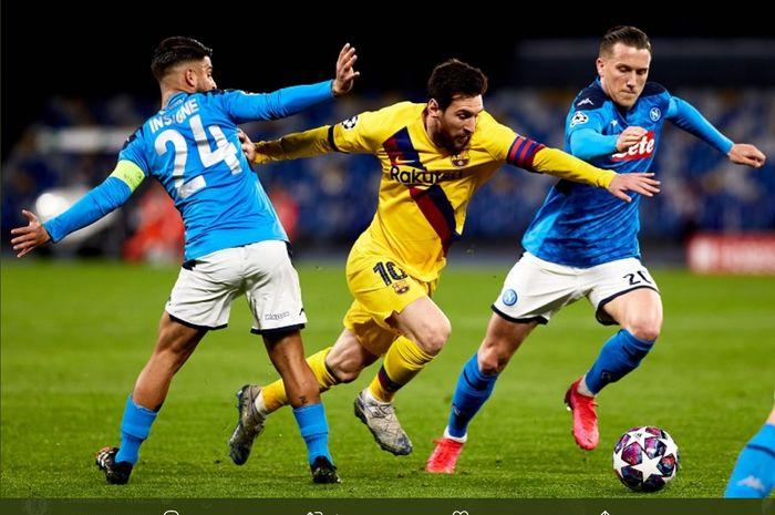 Lionel Messi dijaga dua pemain Napoli, Lorenzo Insigne dan Piotr Zielinski, pada laga leg pertama babak 16 besar Liga Champions, Februari 2020.