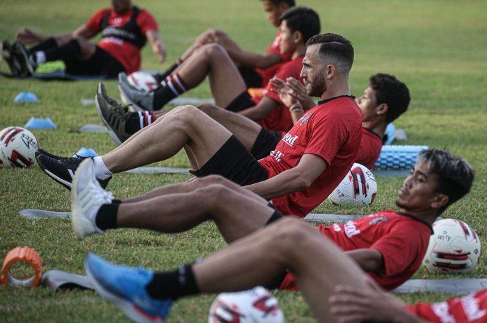 Penyerang Bali United, Ilija Spasojevic, terlihat mengikuti sesi latihan bersama tim pada 3 Agustus 2020