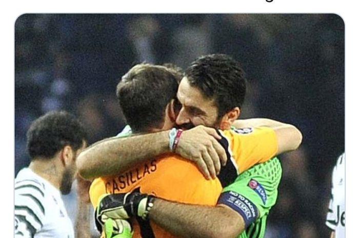 Kiper Juventus, Gianluigi Buffon, berpelukan dengan eks kiper Real Madrid dan timnas Spanyol, Iker Casillas.