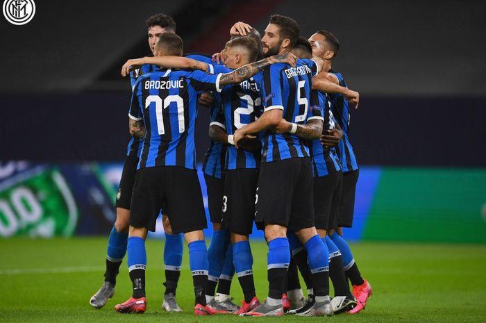 Para pemain Inter Milan memeluk Romelu Lukaku setelah bomber asal Belgia menjebol gawang Getafe pada laga babak 16 besar Liga Europa, Rabu (5/8/2020).