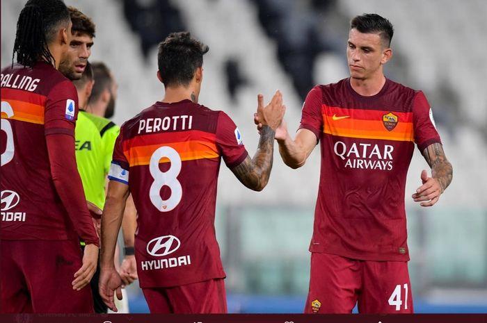 Momen para pemain AS Roma saling berjabat tangan usai salah satu pertandingan berakhir di LIga Italia.
