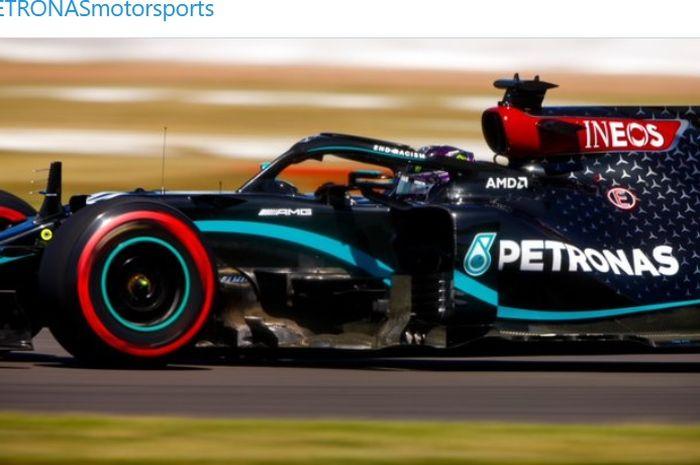 Pembalap Mercedes, Lewis Hamilton, memuncaki daftar waktu lap tercepat pada seri balap F1 70th Anniversary GP yang digelar di Sirkuit Silverstone, Inggris, 7 Agustus 2020.