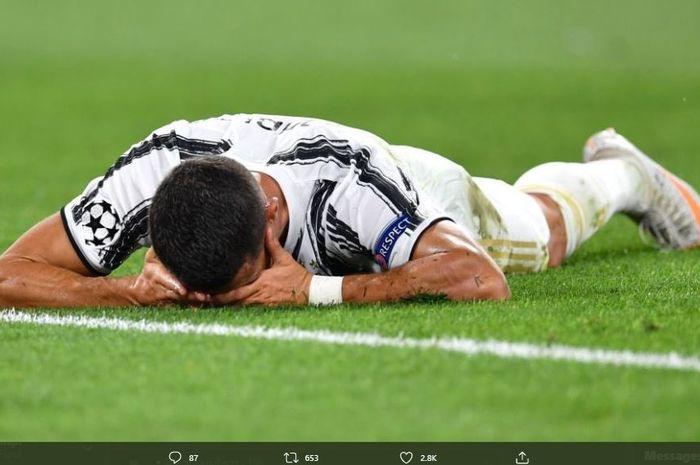 Cristiano Ronaldo tersungkur ke tanah usai Juventus gagal lolos ke babak perempat final Liga Champions.