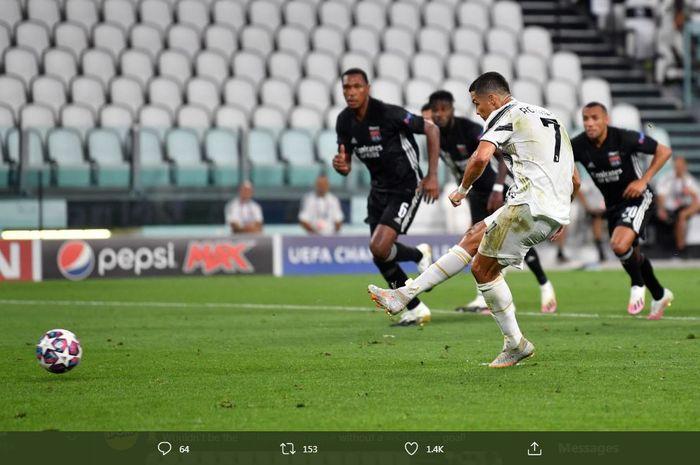 Cristiano Ronaldo mencetak gol penalti dalam laga Juventus vs Lyon, 7 Agustus 2020.